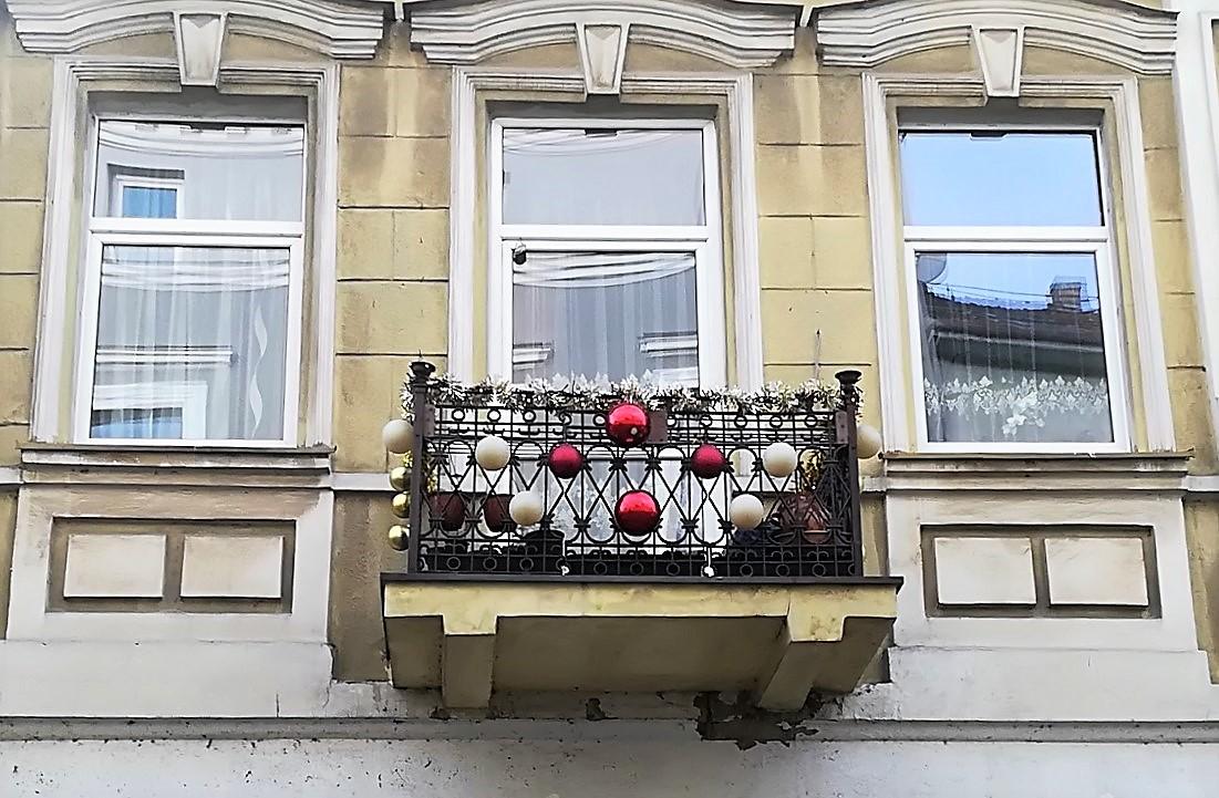 Balkon med julepynt i Kaunas