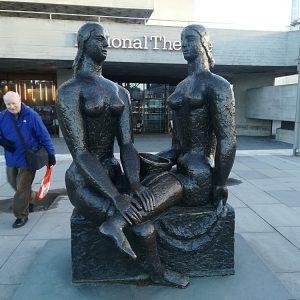 Statue foran National Theatre